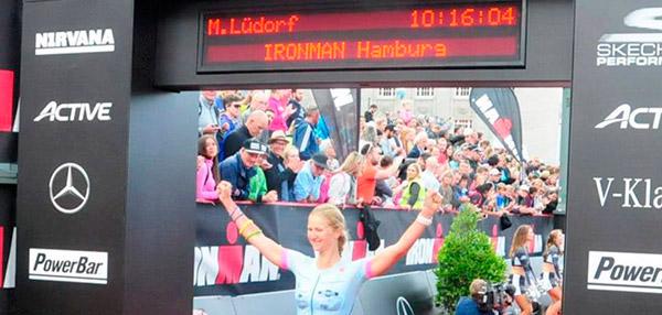 Melanie Lüdorf erreicht das Ziel beim Ironman Hamburg 2017